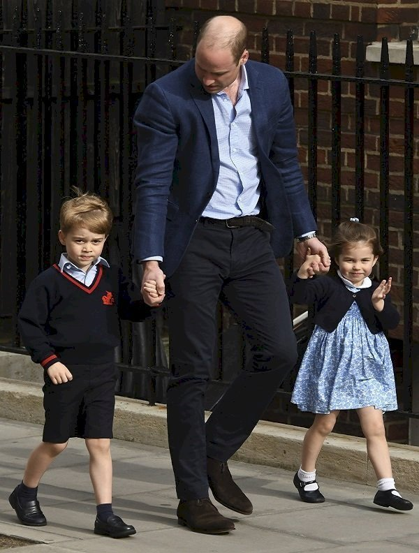 Prince William, Prince George et Princesse Charlotte au St Mary's Hospital le 23 avril 2018 à Londres, Angleterre | Photo : Getty Images