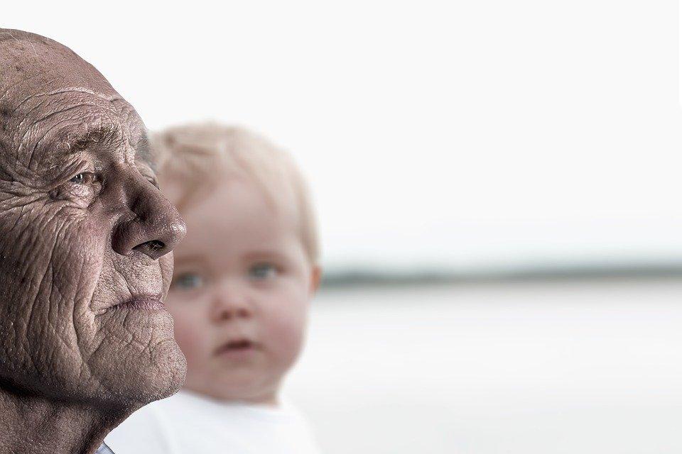 Anciano con su nieto │Imagen tomada de: Pixabay