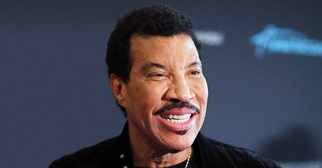 Lionel Richie's Younger Girlfriend Lisa Daydreams about Going on Vacation as She Poses with a Suitcase