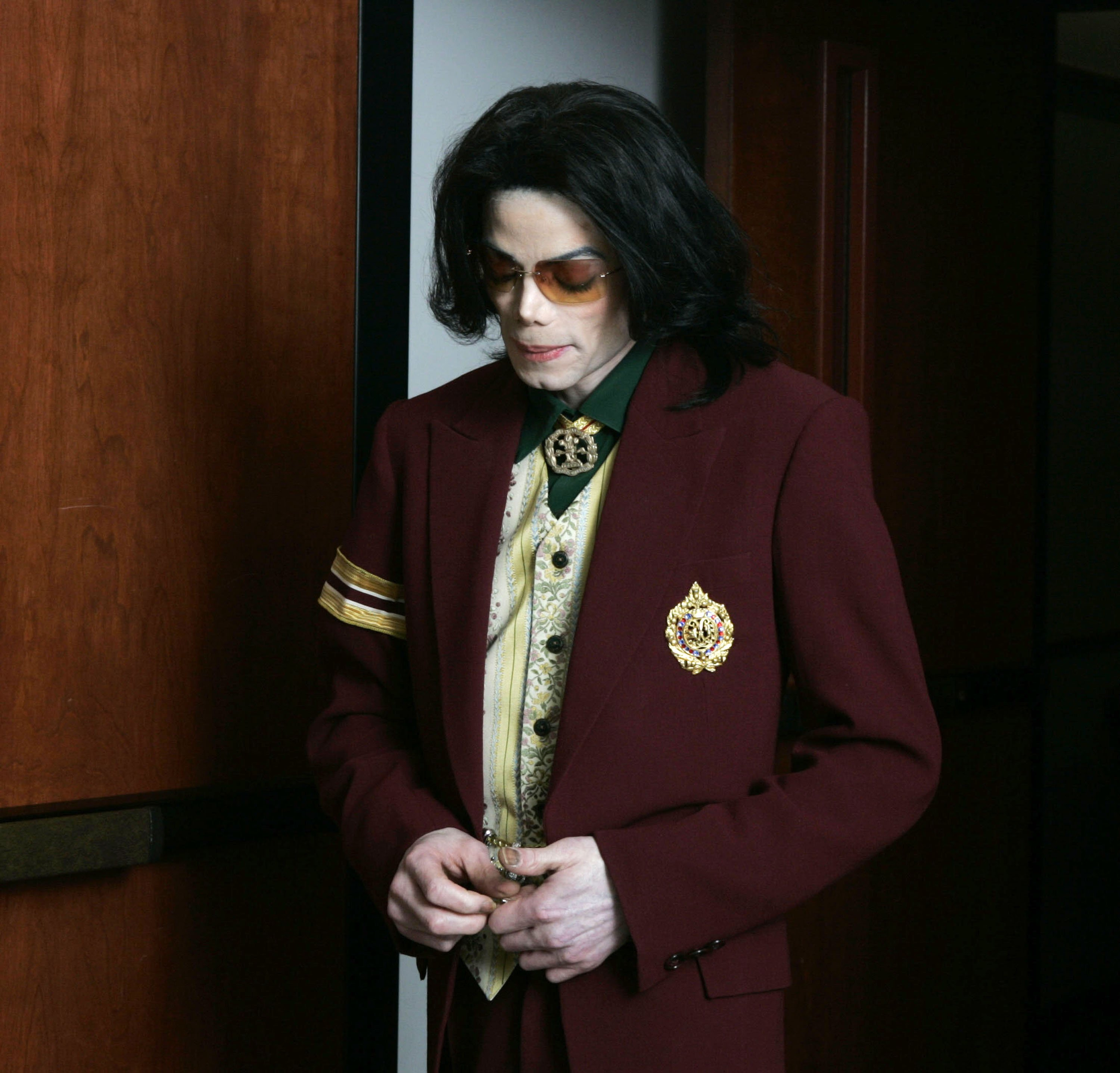 Michael Jackson walking out of the courtroom during a 2005 trial for a 10-count indictment for allegedly molesting a boy. | Photo: Getty Images