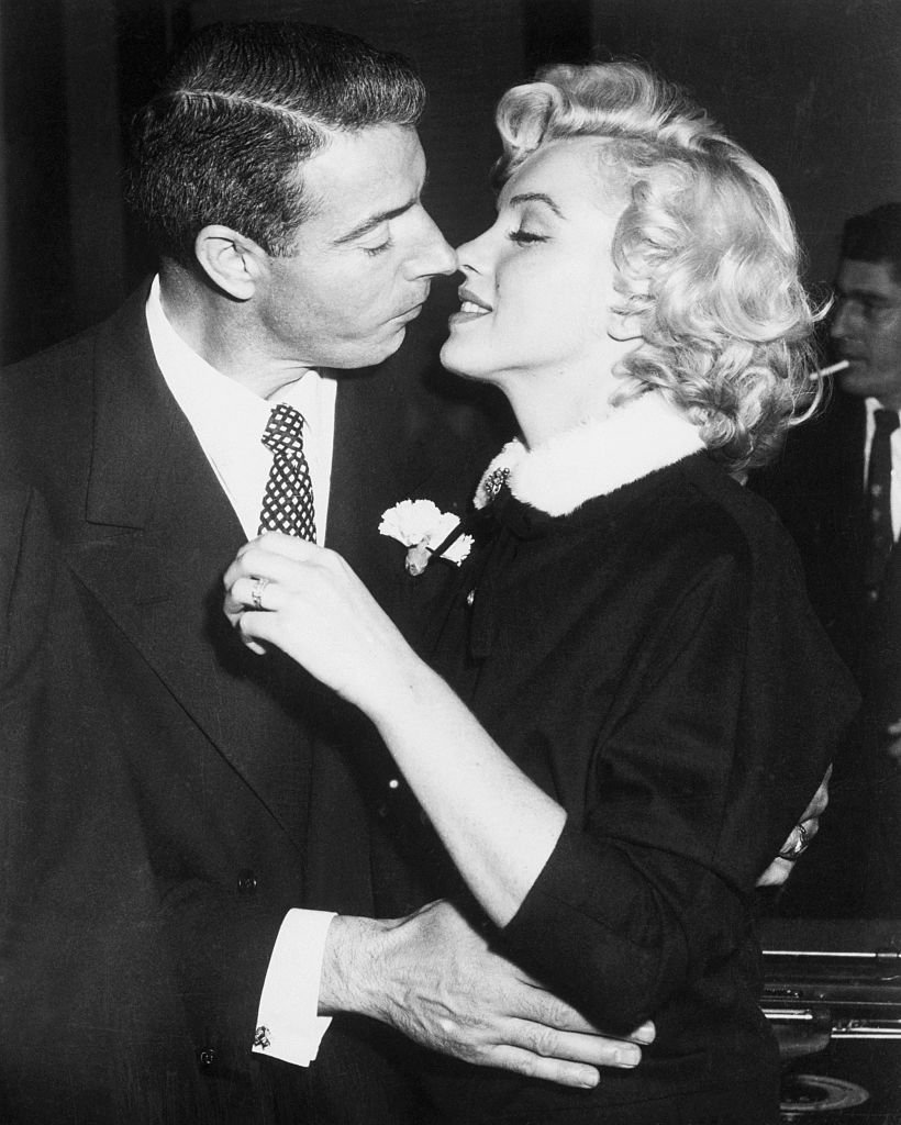 Joe DiMaggio und Marilyn Monroe küssen sich nach ihrer Trauung in San Francisco, Kalifornien. I Quelle: Getty Images