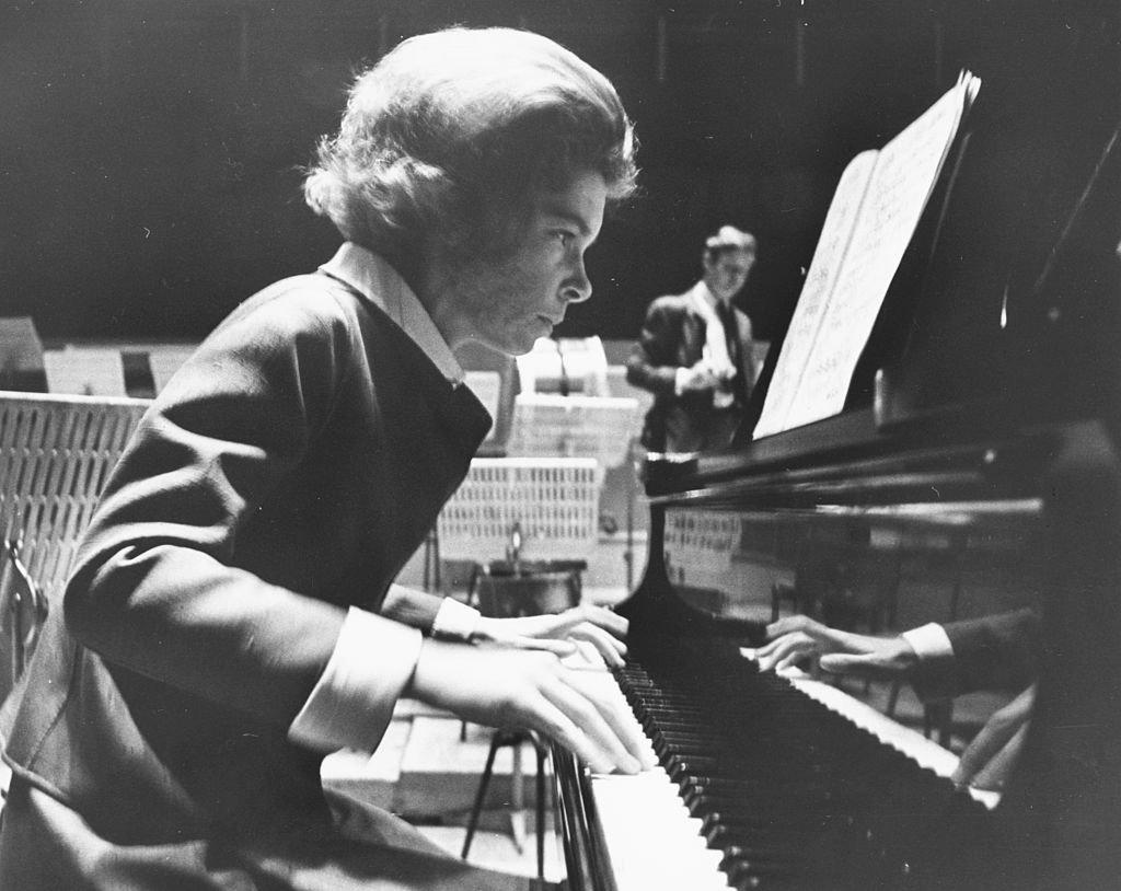 La princesa Irene de Grecia tocando el piano durante los ensayos para su debut en el Royal Festival Hall, Londres, 16 de junio de 1969. | Foto: Getty Images