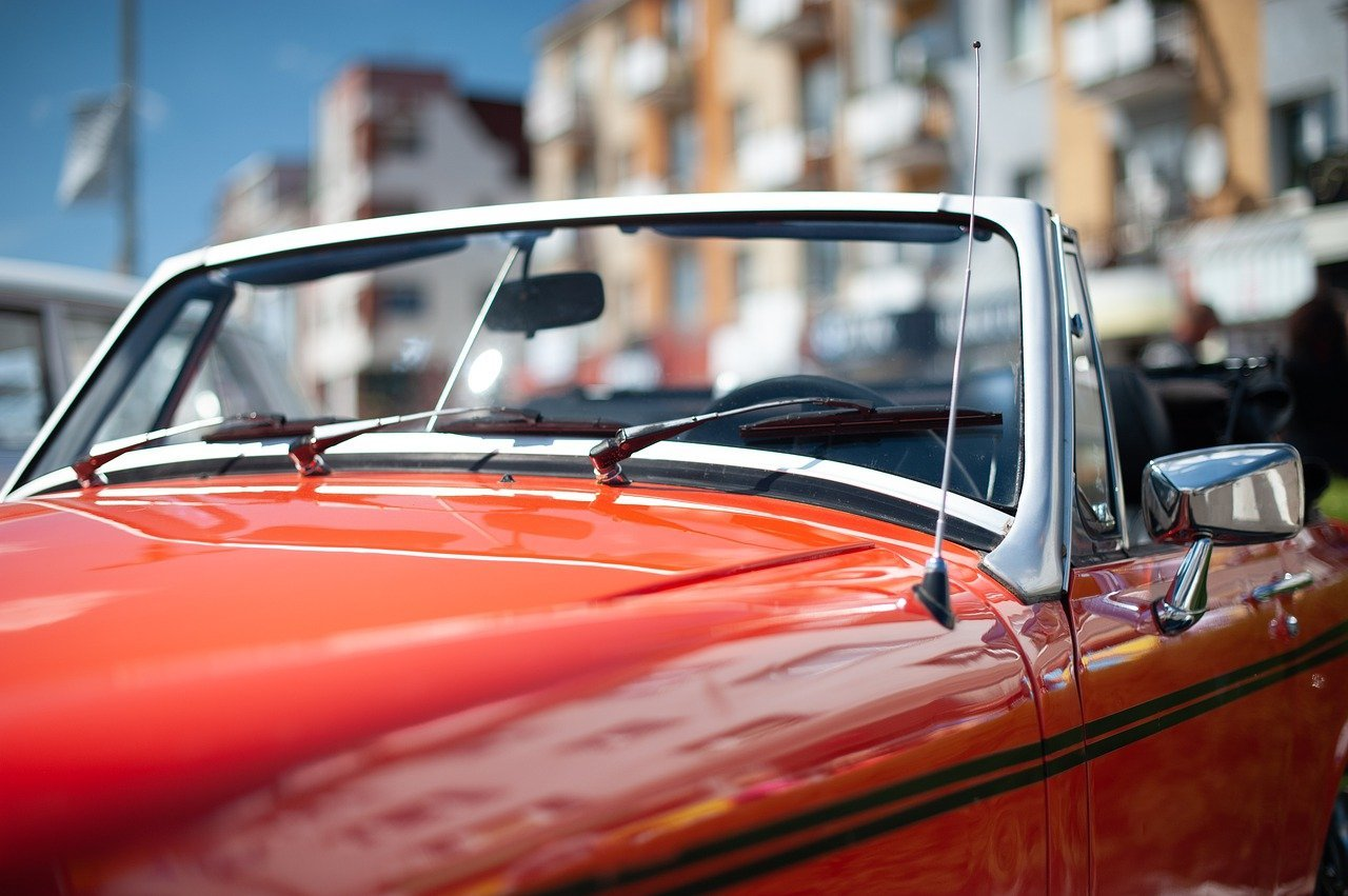 A close-up of a red sports car parked without passengers   Photo: Pixabay/Andrzej Rembowski