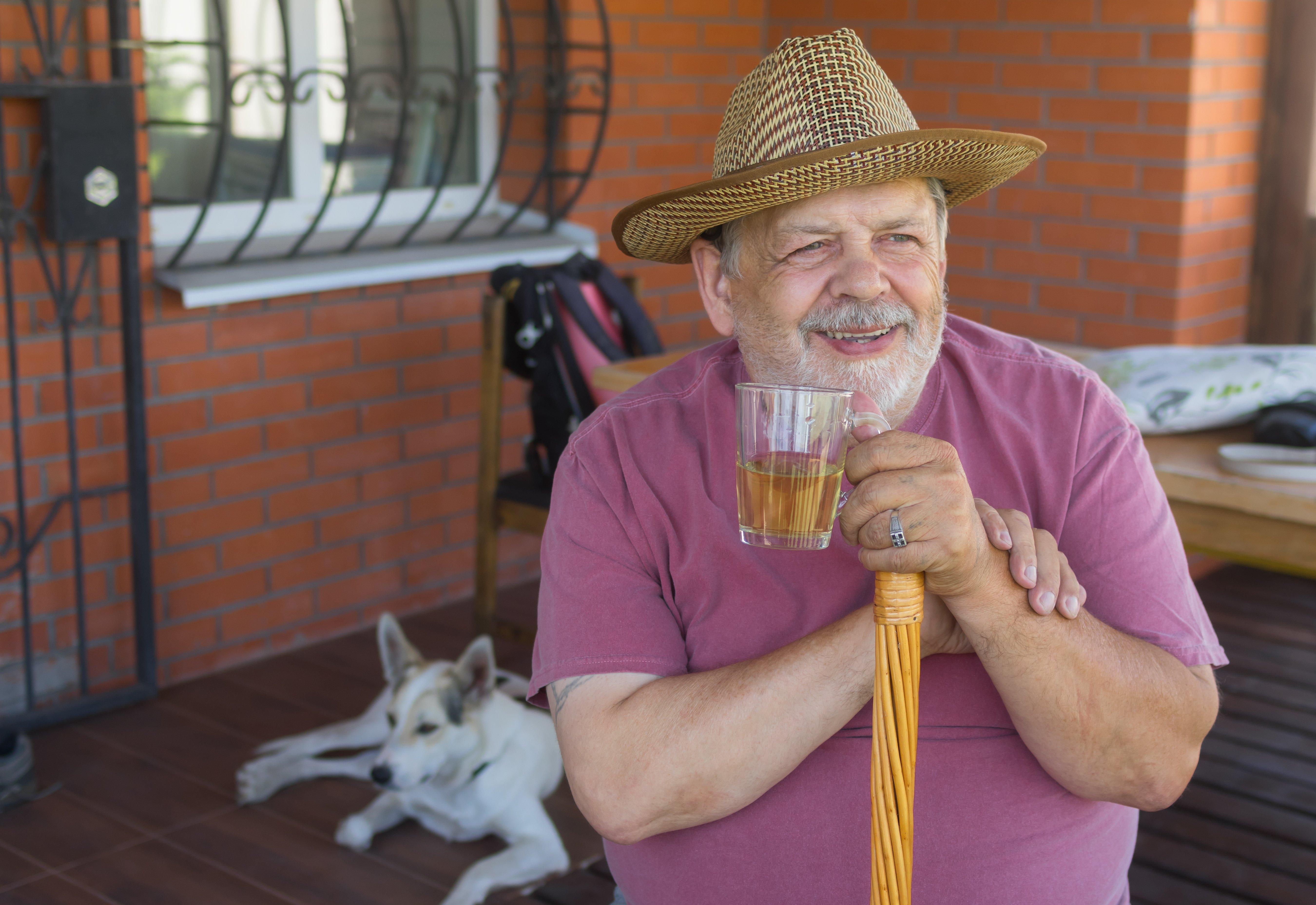 Anciano tomando una bebida. | Foto: Shutterstock