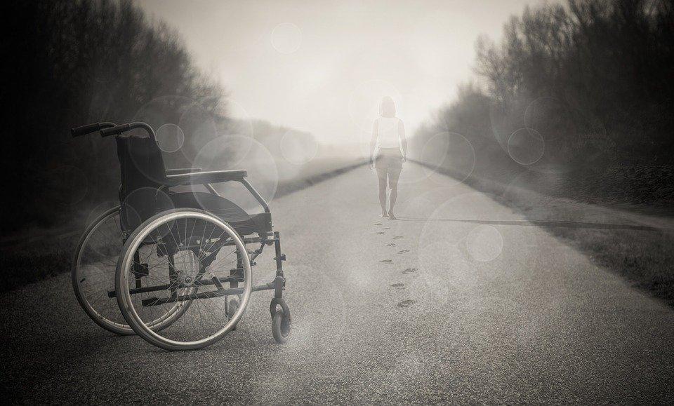 Un fauteuil roulant posé sur la rue | Photo : Pixabay