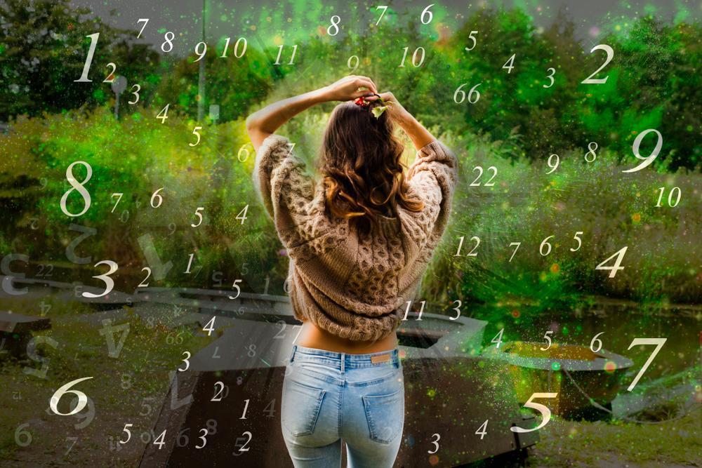 Números rodean a joven en jardín. | Foto: Shutterstock