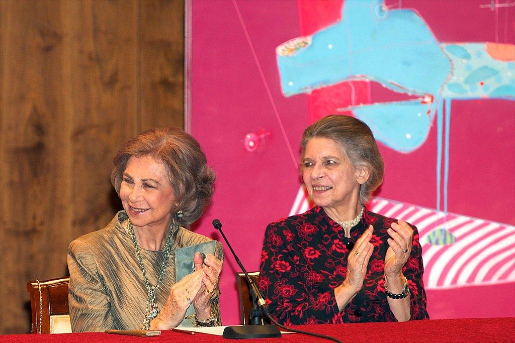 La Reina Sofía y su hermana Irene de Greciaen un concierto de caridad en el Auditorio Nacional el 6 de noviembre de 2012 en Madrid, España. | Foto: Getty Images