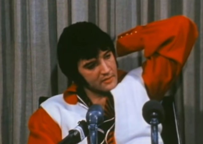 Elvis Presley in the 1974 interview filmed in Texas.| Photo:YouTube/ Josinho 1989.