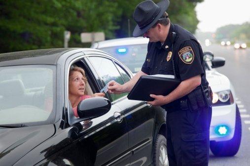 Conductor femenino y un policía. | Foto: Getty Images