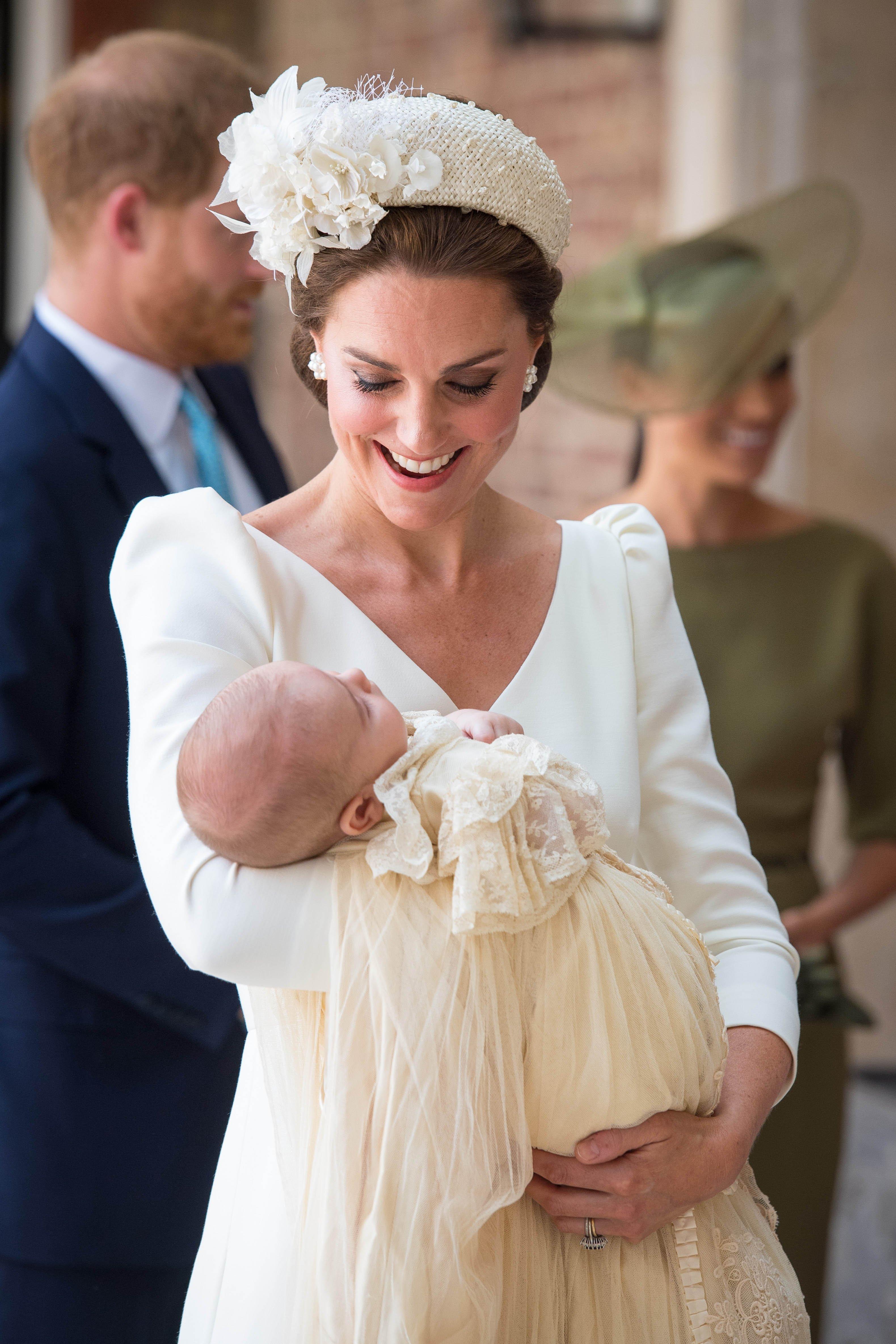 Kate Middleton sostiene a la Princesa Charlotte. Fuente: Getty Images/Global Images Ukraine