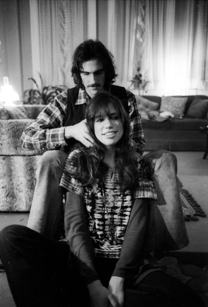 Carly Simon and James Taylor pose for a portrait session at the their home on October 13, 1971. | Source: Getty Images