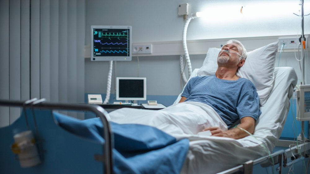 A photo of a senior patient lying on the hospital bed. | Photo: Shutterstock.