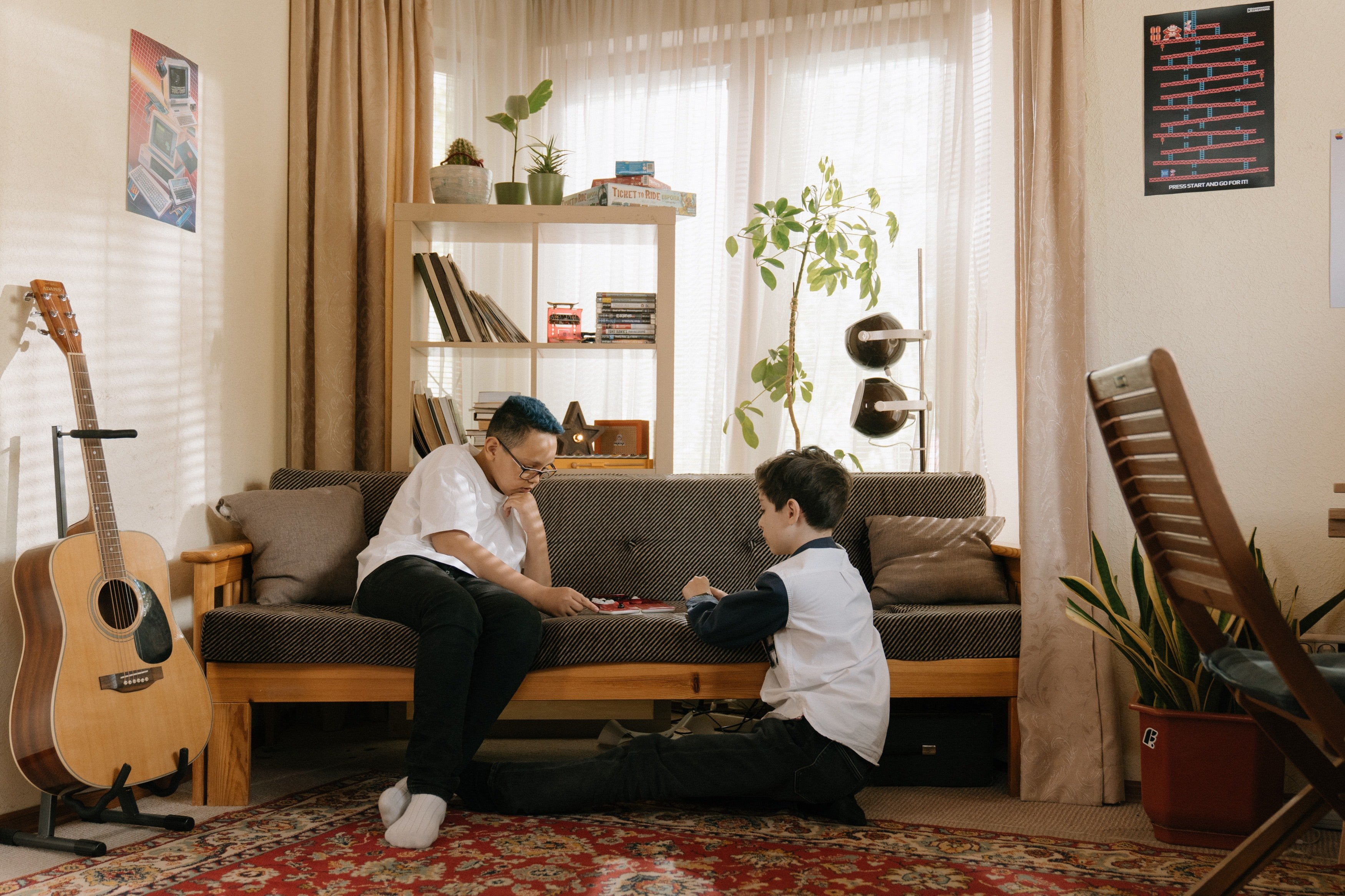 Two children playing at home. | Photo: Pexels