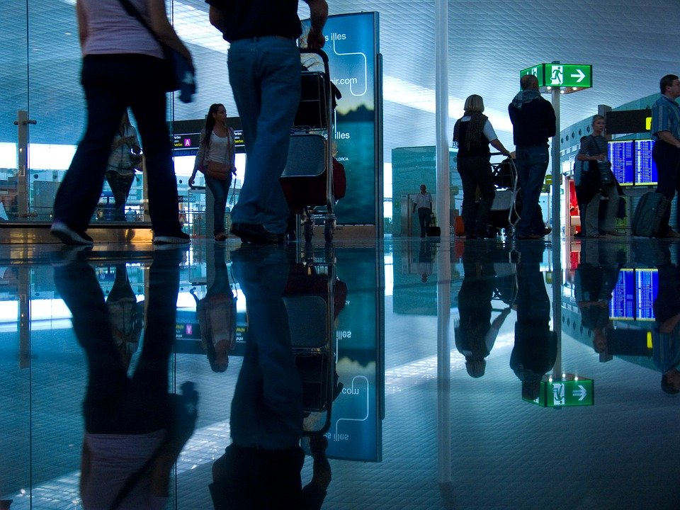 Des passagers dans l'aéroport. | Photo : Pixabay