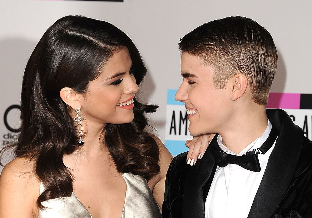 Selena Gomez und Justin Bieber kommen zu den American Music Awards 2011 im Nokia Theatre L.A. Live am 20. November 2011 in Los Angeles, Kalifornien. (Foto von Steve Granitz / WireImage) I Quelle: Getty Images