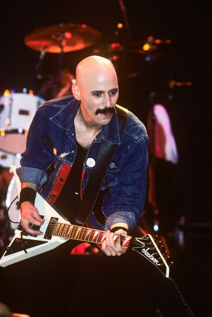 Bob Kulick en concert au Ritz à New York le 11 mars 1989. Il joue une guitare Jackson Rhoads. | Photo : Getty Images
