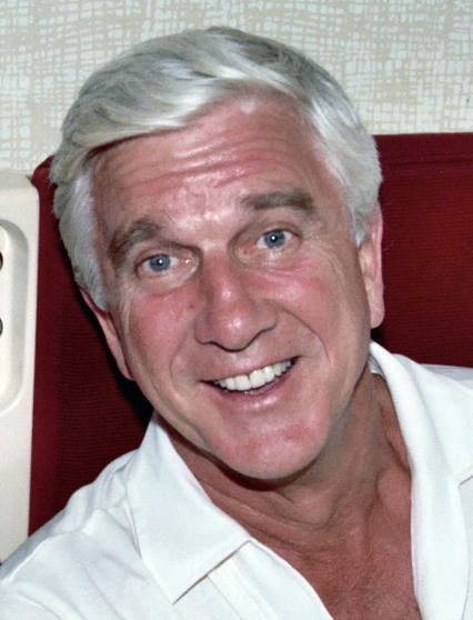 Actor Leslie Nielsen in 1982 on a first class seat on United Airlines | Photo: WikiMedia
