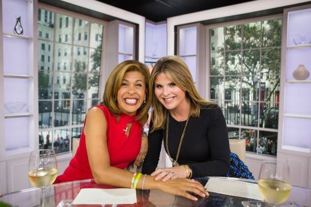 Hoda Kotb and Jenna Bush Hager on the set of Today show | Photo: Getty Images