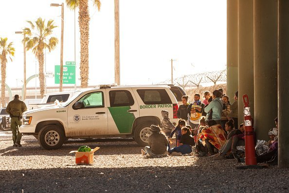 Migrants held in temporary fencing underneath the Paso Del Norte Bridge await processing on March 28, 2019, in El Paso, Texas. | Source: Getty Images.