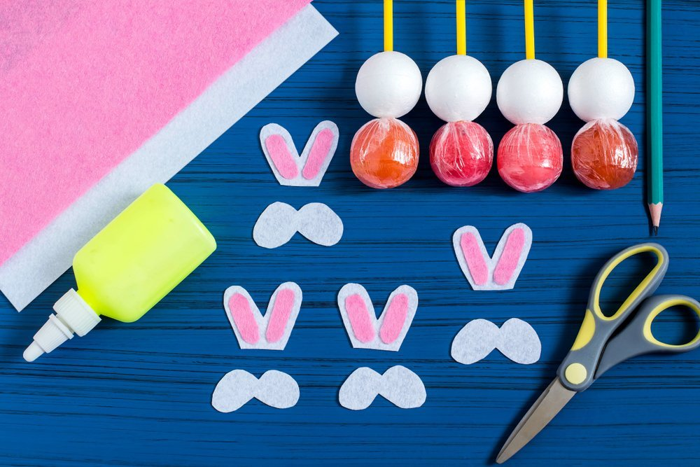 Making Easter bunny from lollipop | Source: Shutterstock
