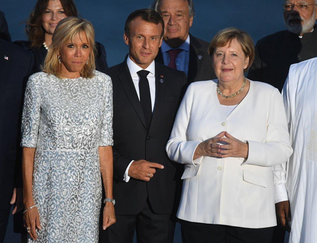 Brigitte et Emmanuel Macron aux côtés d'Angela Merkel le 25 août 2019 à Biarritz. l Source : Getty Images