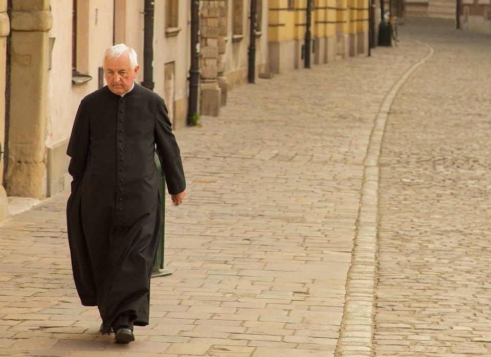 Un prêtre   Photo : Pixabay