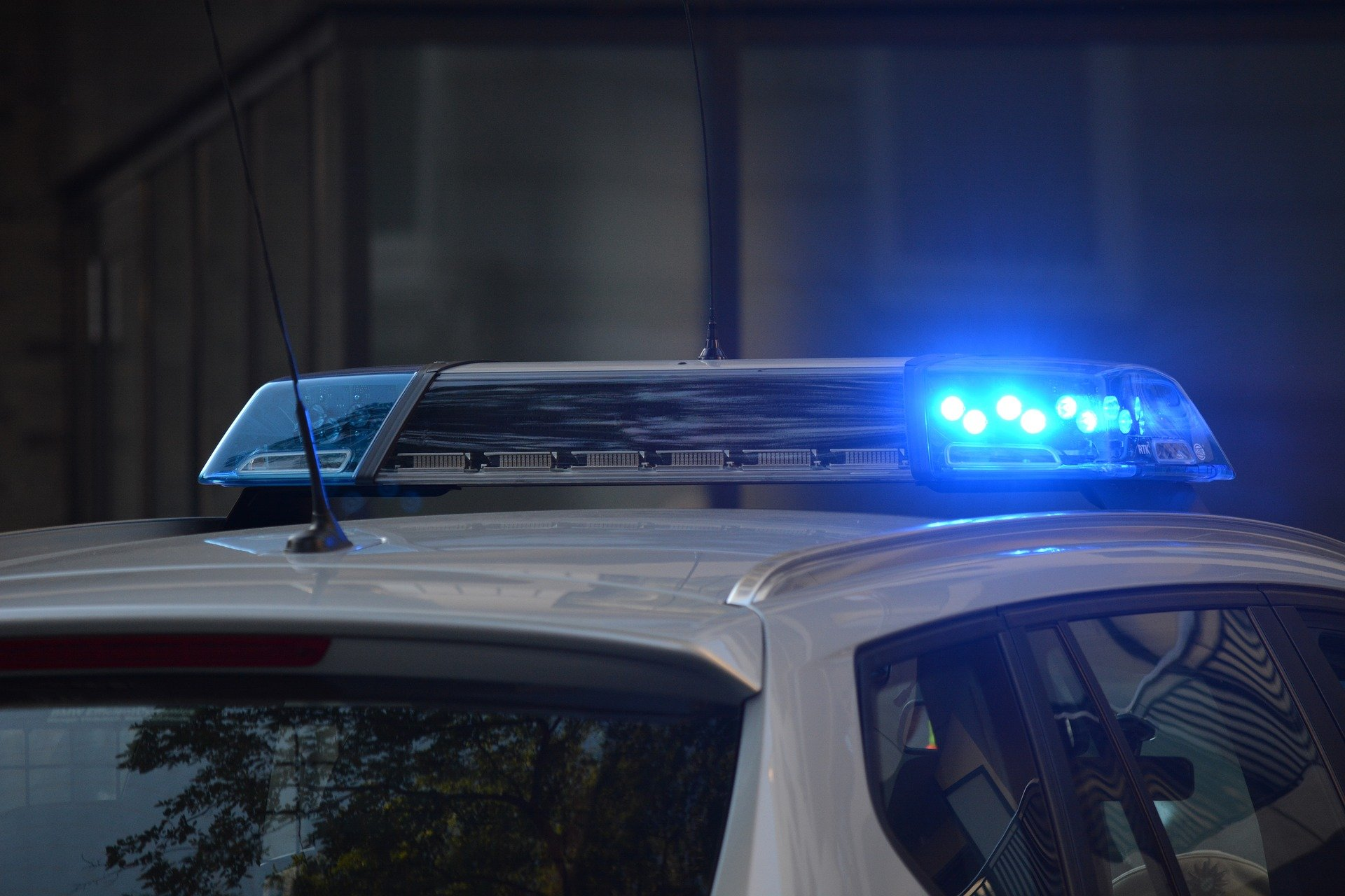 Police car with blue lights on the roof | Photo: Pixabay