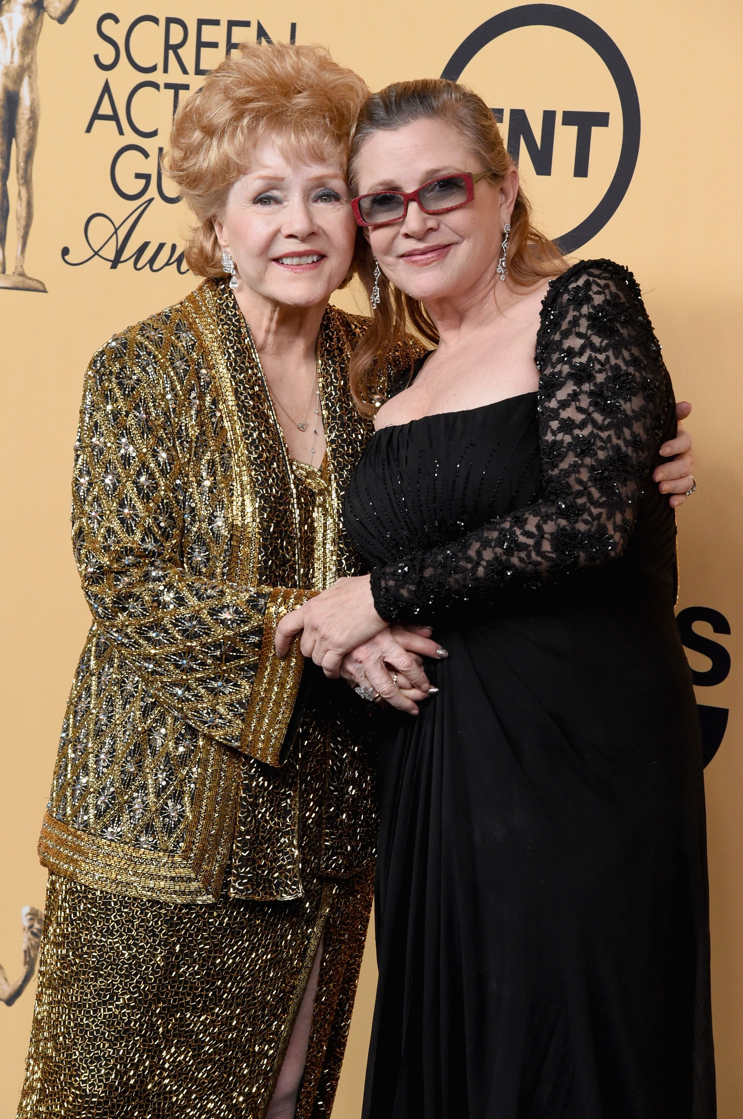 Honoree Debbie Reynolds and actress Carrie Fisher pose in the press room at the 21st Annual Screen Actors Guild Awards at The Shrine Auditorium on January 25, 2015 | Photo: Getty Images