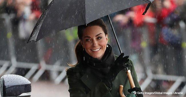 Kate Middleton continue de sourire malgré la pluie torrentielle et les éblouissements dans son élégant manteau vert olive