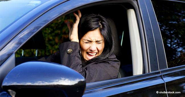 Frau blockiert den Verkehr mit nackten Männern aus Karton