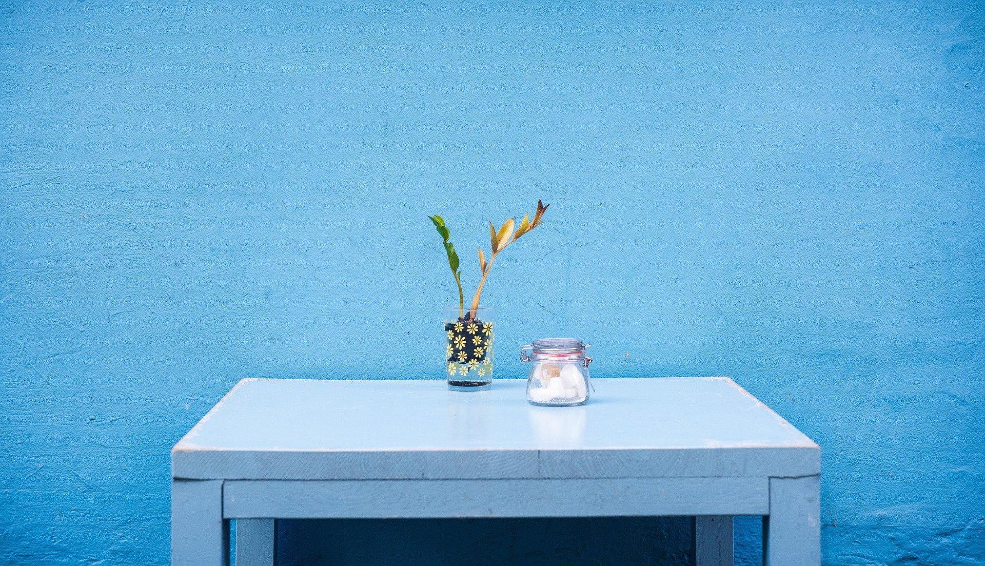 Pared pintada de azul. Fuente: Pixabay