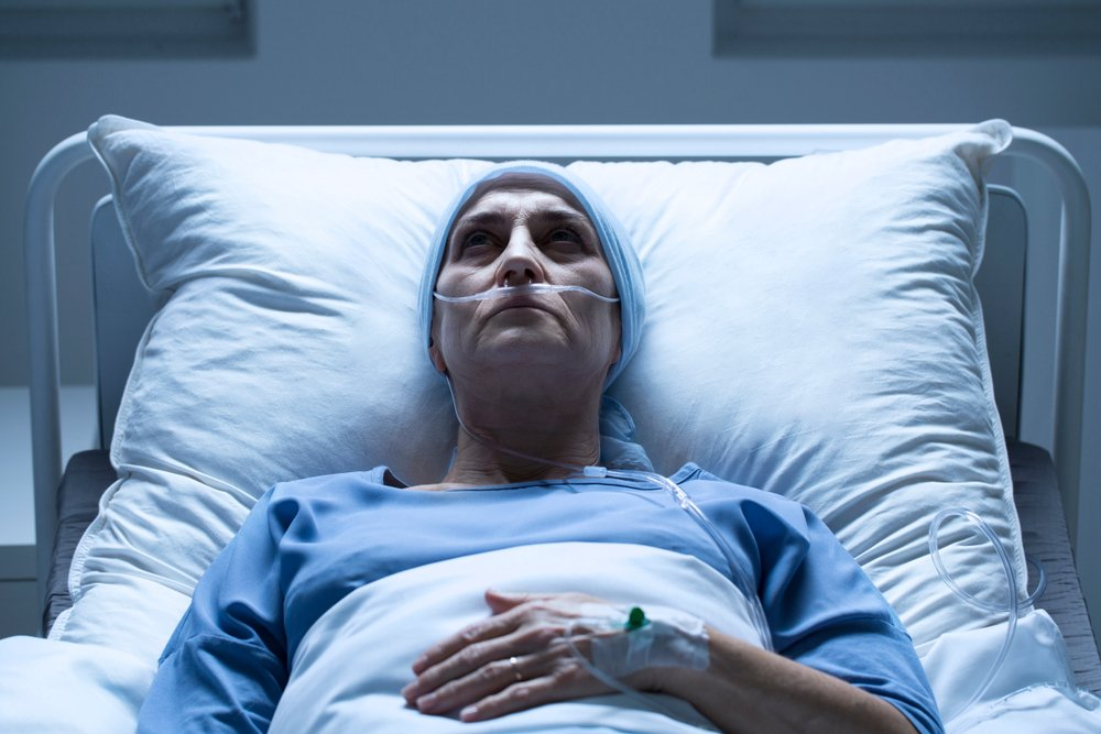 A terminally ill middle-aged woman laying in her hospital bed | Photo: Shutterstock