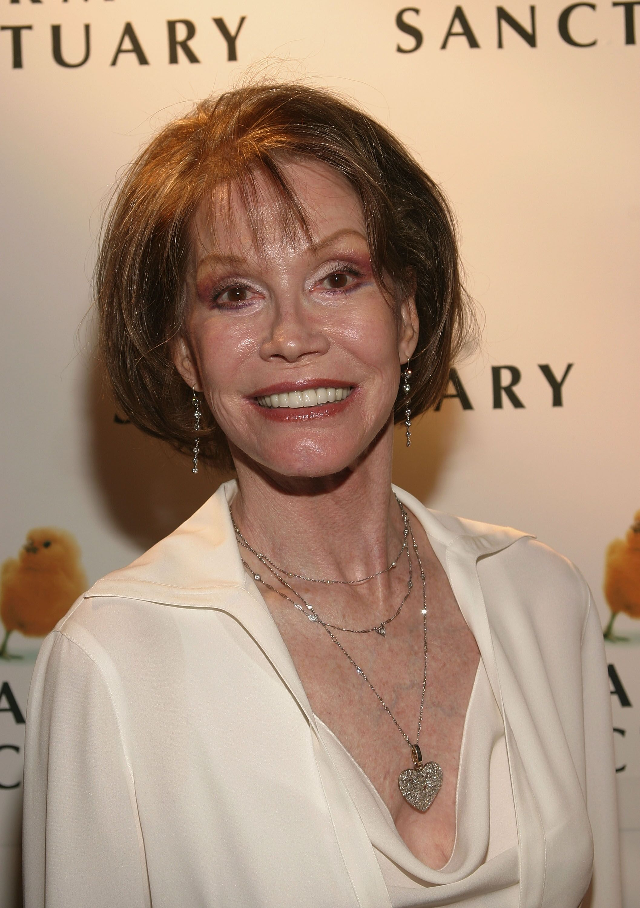 Mary Tyler Moore attends the Farm Sanctuary Gala 2004. | Source: Getty Images