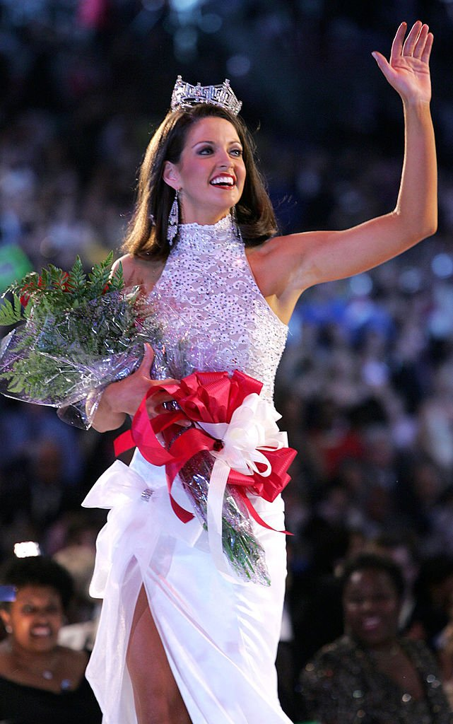 Miss America, Deidre Downs, walks the runway after being crowned the winner at the 2005 Miss America Pageant on September 18, 2004 | Photo: Getty Images