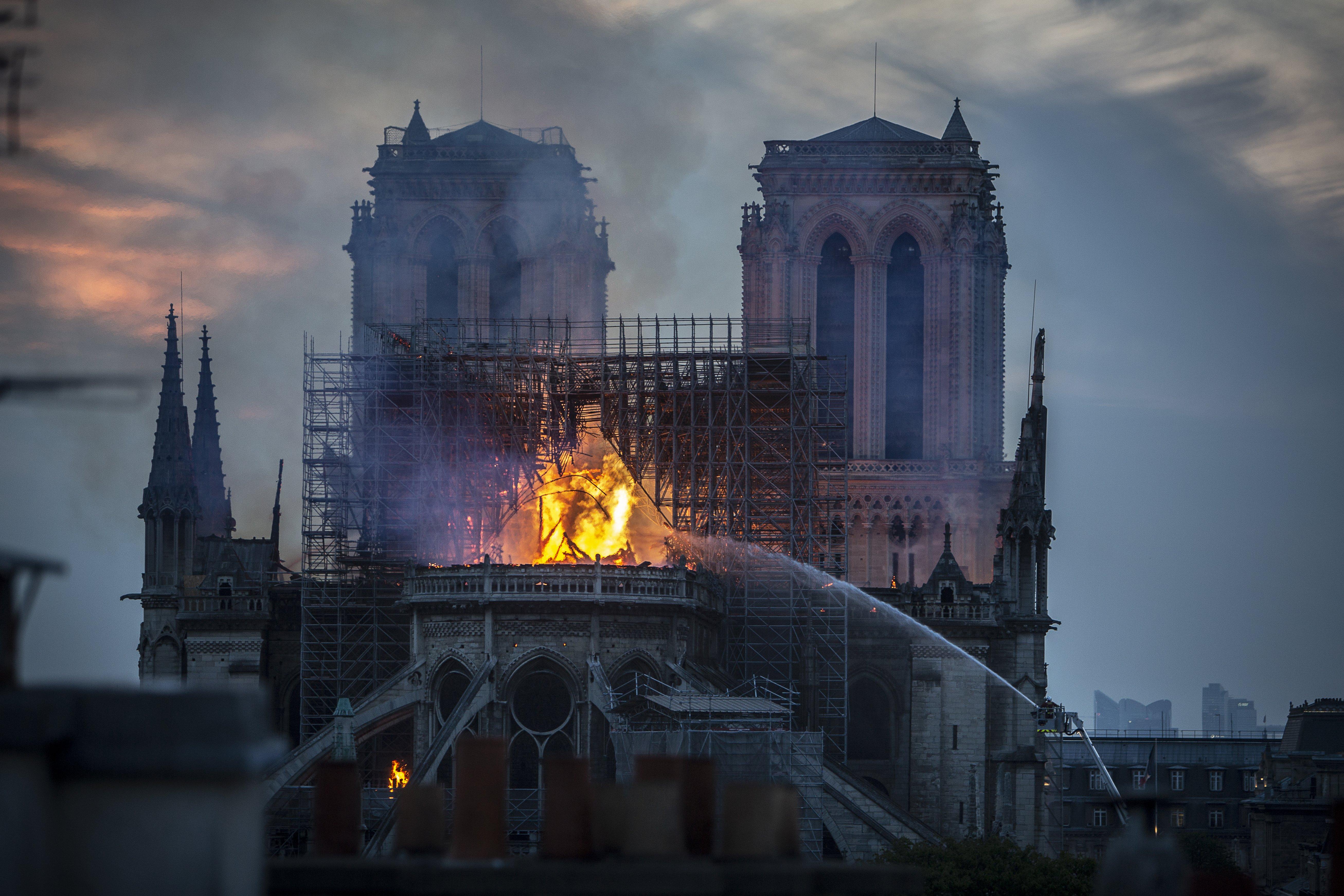 Humo y las llamas se elevan desde la catedral de Notre-Dame el 15 de abril de 2019 en París, Francia.   Imagen: Getty Images.