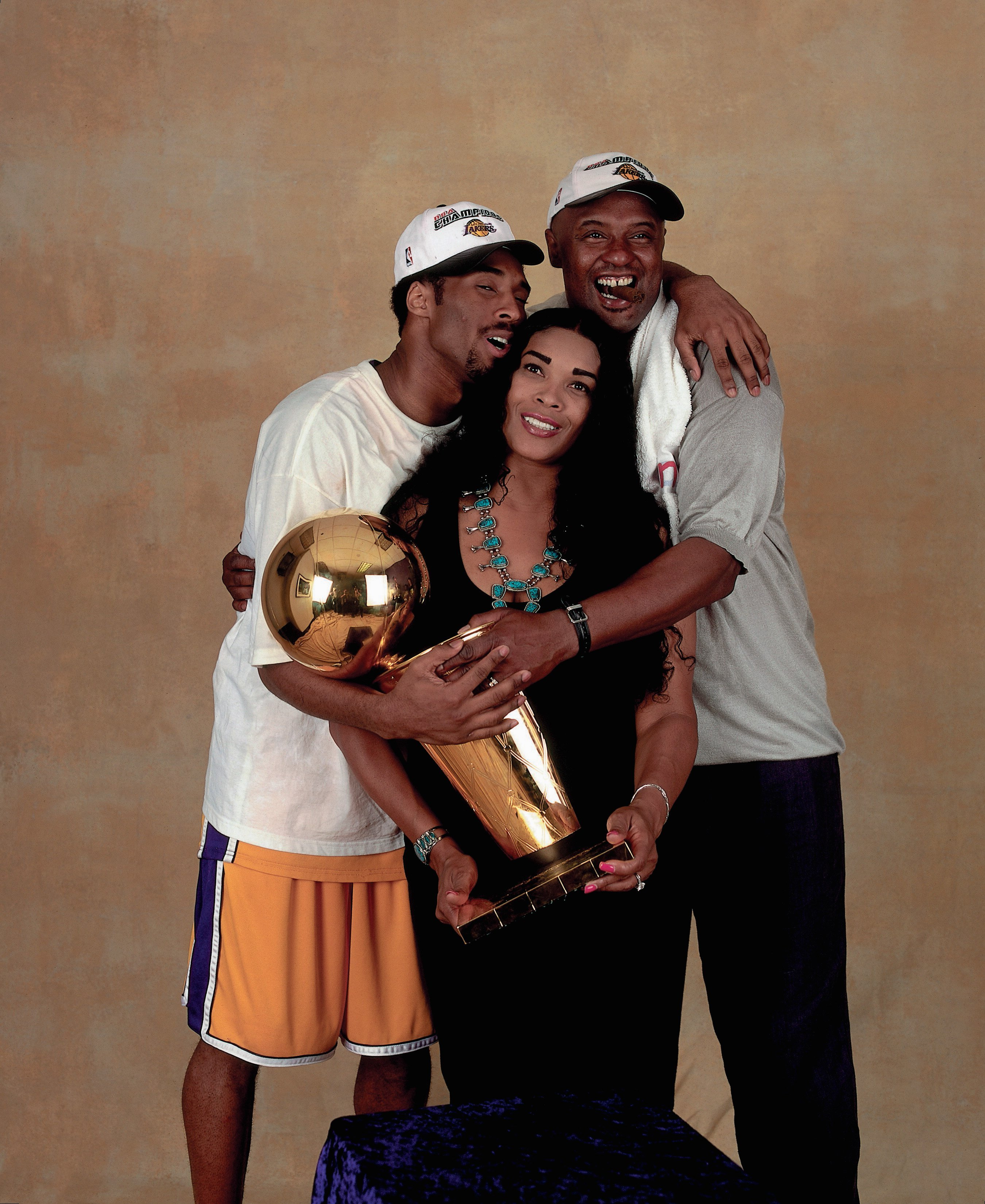 Kobe Bryant #8 of the Los Angeles Lakers poses for a photo with his parents after winning the NBA Championship on June 19, 2000 in California | Photo: Getty Images