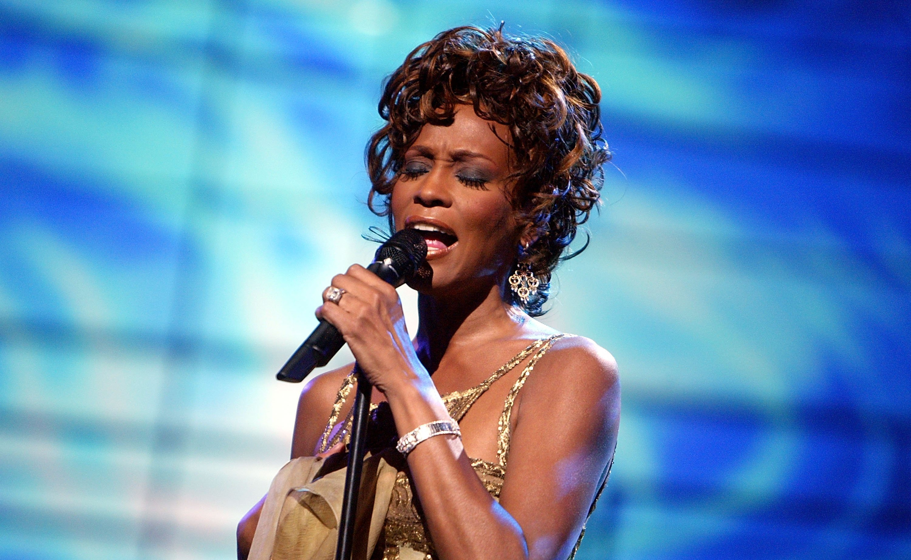 Whitney Houston performing at the 2004 World Music Awards. | Photo: Getty Images
