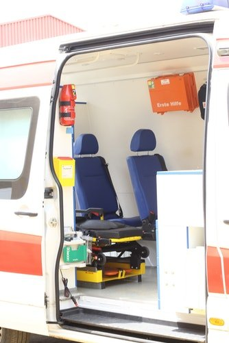 Voiture d'ambulance avec porte ouverte | Photo | Unsplash