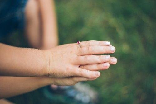 Niña uniendo su mano a la de su madre| Foto: Shutterstock