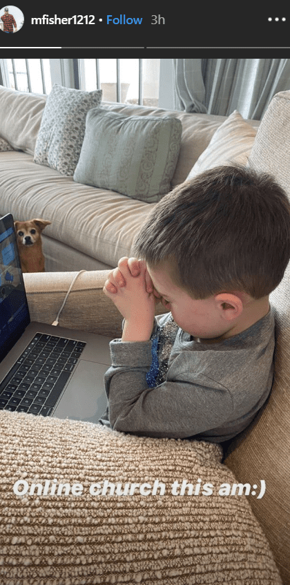 Carrie Underwood's son Isaiah prays in front his laptop | Photo: Instagram/ Carrie Underwood