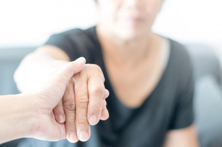 Main d'une femme atteinte de la maladie d'Alzheimer | Photo :Shutterstock