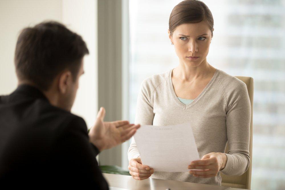 Empresaria escucha escéptica la oferta poco convincente de su socio comercial. Fuente: Shutterstock