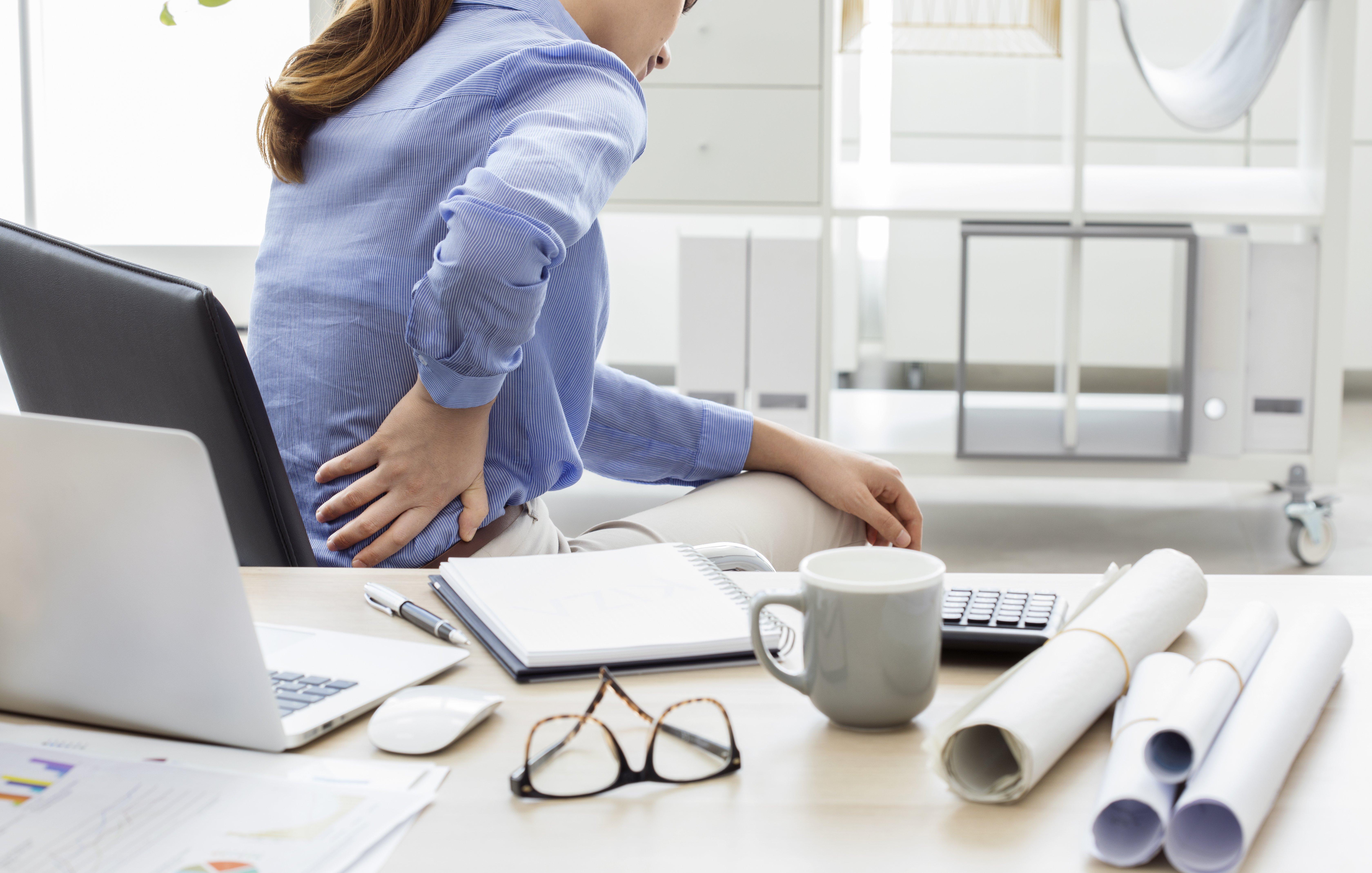 Mujer con dolor de espalda. Fuente: Shutterstock