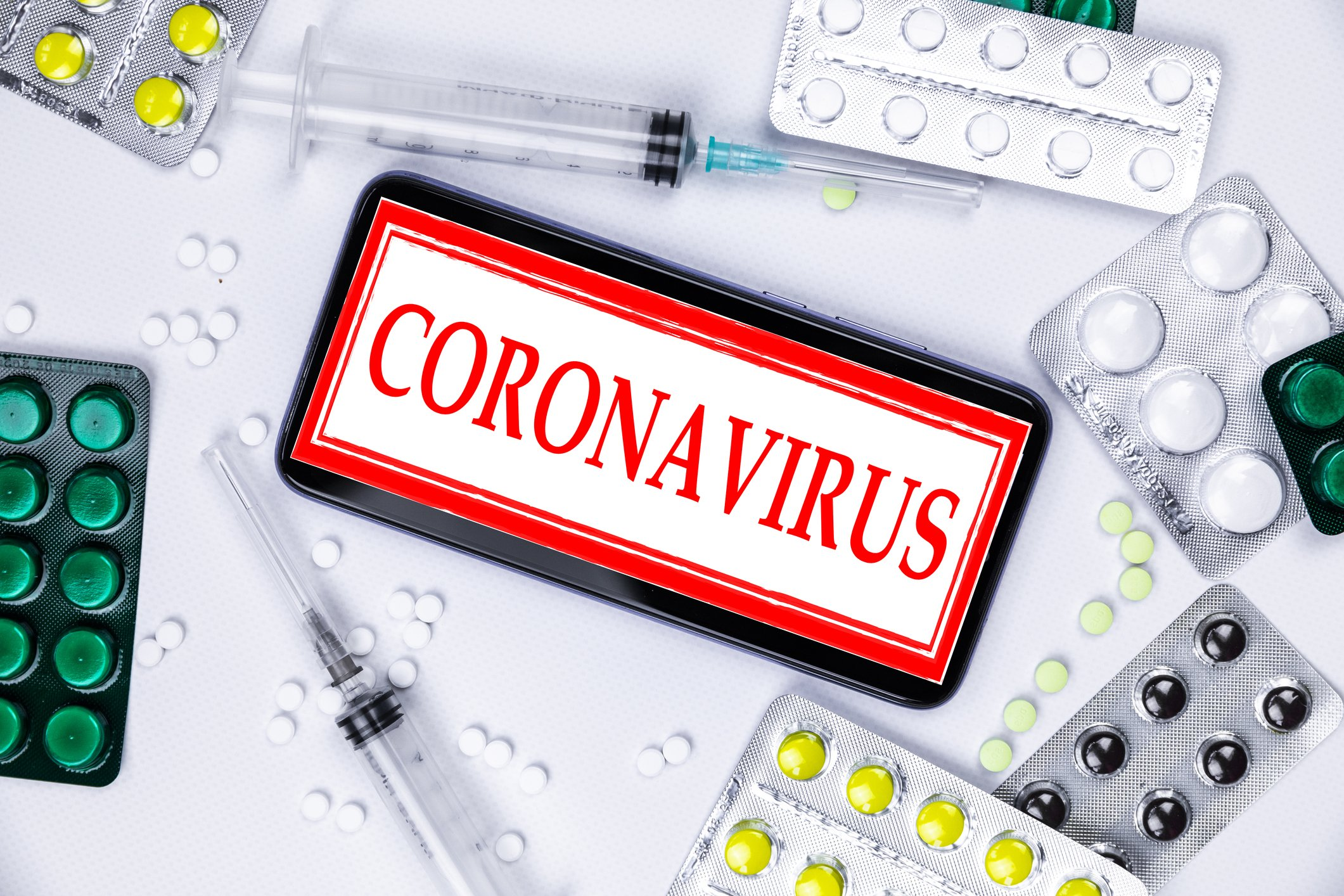 Smartphone with logo with pills and vaccine. Novel coronavirus 2019-nCoV | Photo: Getty Images