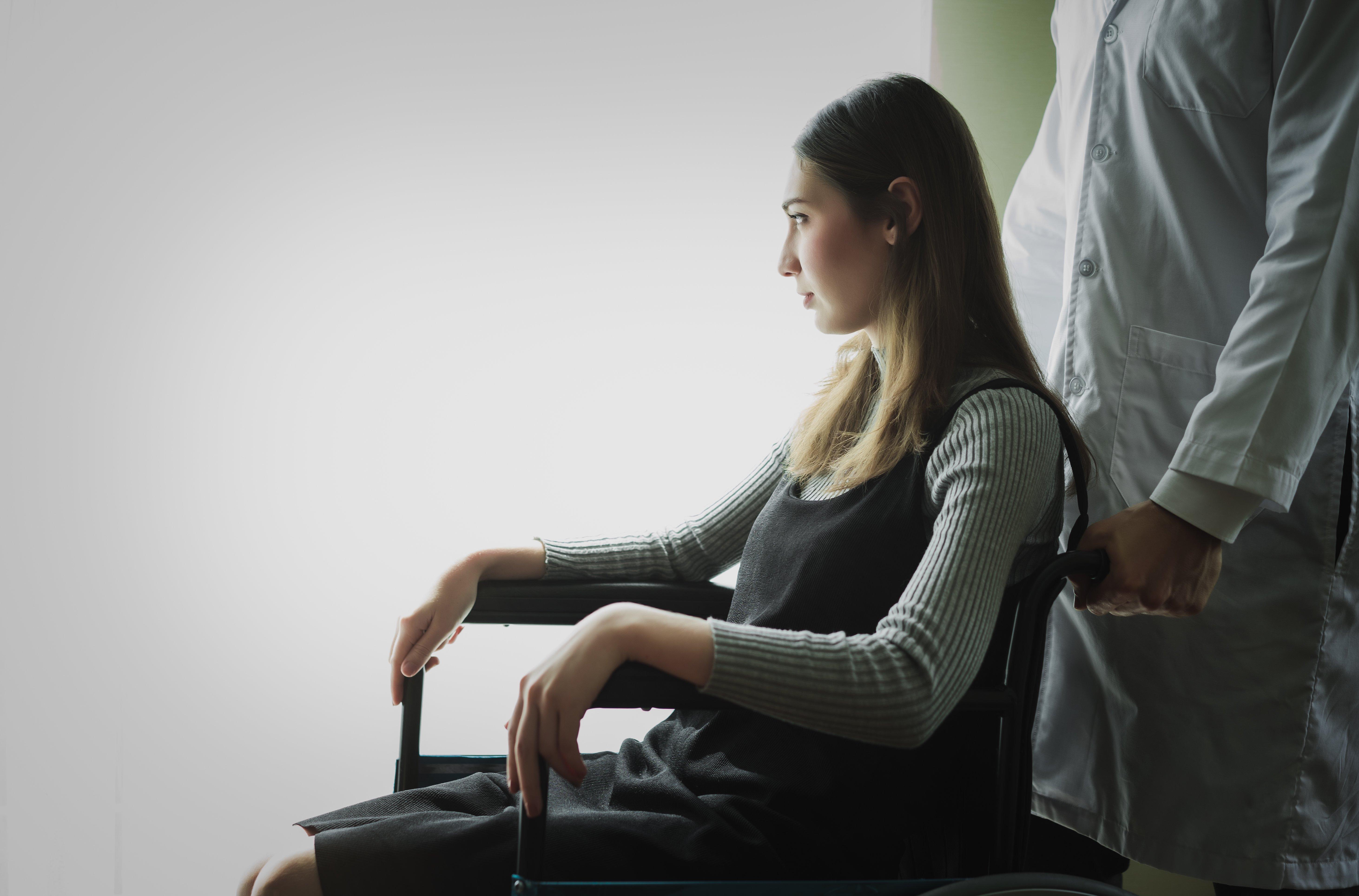 Mujer en silla de ruedas. Fuente: Shutterstock