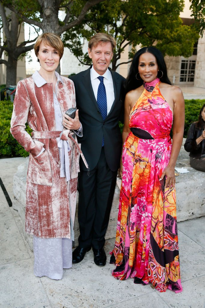 Model Robin Osler, Director of the J. Paul Getty Museum Tim Potts and model Beverly Johnson attend Icons of Style: A Century of Fashion Photography, 1911-2011, exhibition| Photo: Getty Images