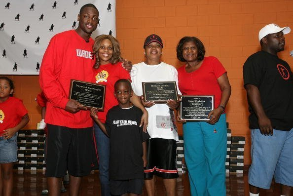 Dwyane Wade, ex-wife Siohvaughn, son Zaire, mother Minister Jolinda Wade and Christine Johnson, at the Cottage Grove Middle School August 3, 2007 | Photo: Getty Images