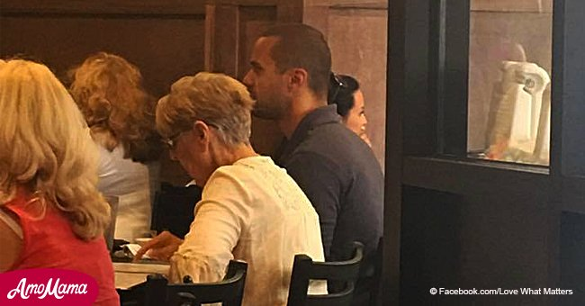 Mujer mayor espera mesa en un restaurante, pero un extraño le pide que se siente a su lado