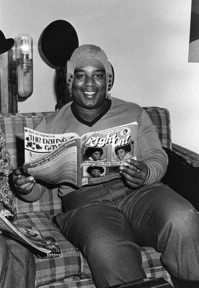 Fred 'Rerun' Berry from the TV show 'What's Happening!!' posing for a photo reading 'Right On!' Magazine circa 1978 in Los Angeles, California.| Photo:Getty Images