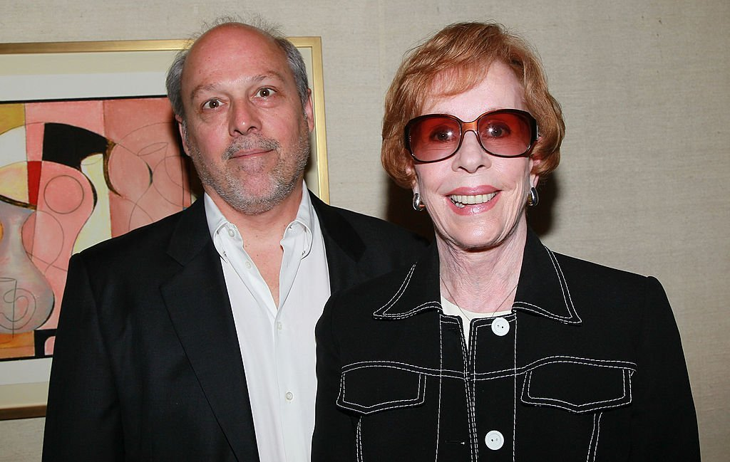 Carol Burnett and Brian Miller at Blake Edwards' art exhibit preview at Leslie Sacks Fine Art on June 5, 2010 | Photo: GettyImages